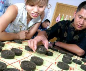 """青岛:普洱名茶做成象棋状""""一茶两用""""价格不菲"""
